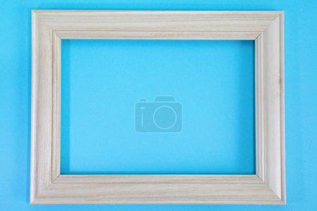 Photo pour Cadre en bois pour photo sur fond bleu - image libre de droit