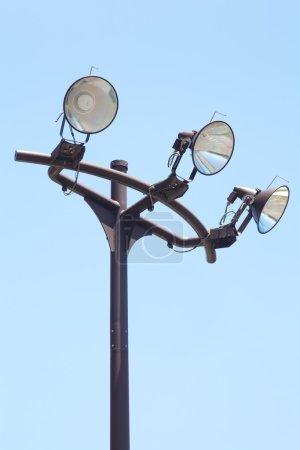 Photo pour Grands projecteurs modernes contre un ciel bleu vif - image libre de droit