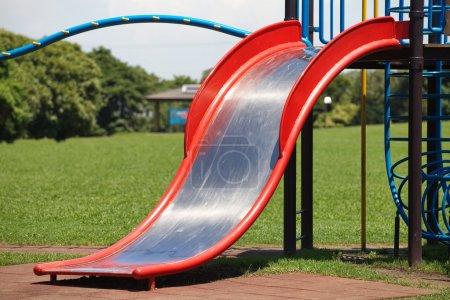 Photo pour Aire de jeux pour enfants au parc public en saison estivale - image libre de droit