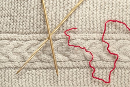 Piece of knit fabric and knitting needle