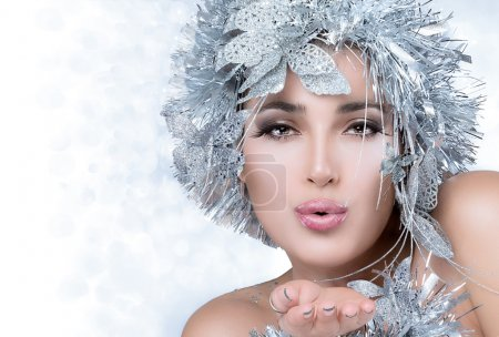 Photo pour Belle fille de Noël avec des lèvres sensuelles envoyant un baiser. Maquillage festif - image libre de droit