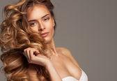 Módní fotografie krásná blondýnka s přírodní make-up