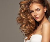Foto di moda di bellezza bionda con make-up naturale