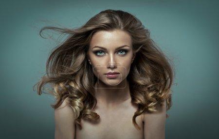 Photo pour Jeune beauté avec un maquillage parfait et les cheveux flottant dans le vent - image libre de droit