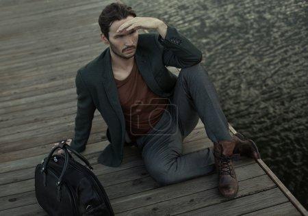Photo pour Mode jeune homme regarder autour et attendre quelqu'un - image libre de droit