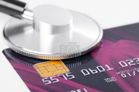 Photo pour Stéthoscope et carte de crédit - image libre de droit