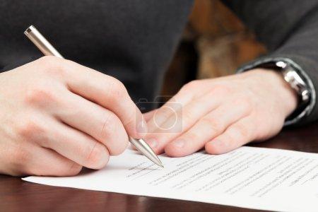Photo pour Homme d'affaires Signer des documents - image libre de droit