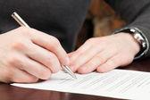 üzletemberek szerződés elolvasása