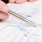 Podnikatel označující s perem na diagramu finanční zprávy - 1: 1, poměr