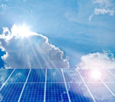 Foto de Panel solar que refleja el sol y el cielo azul - Imagen libre de derechos