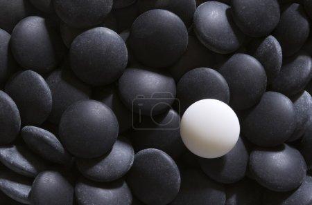 Weiß auf schwarzen Go-Steinen