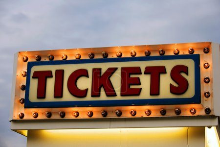 Photo pour Panneau de billetterie allumé au crépuscule - image libre de droit