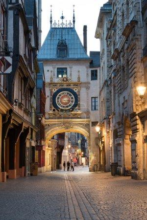 Photo pour Célèbre rue Gros Horloge avec tour de l'horloge astronomique, Rouen - image libre de droit
