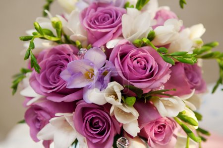 Photo pour Bouquet de roses et de freesias - image libre de droit