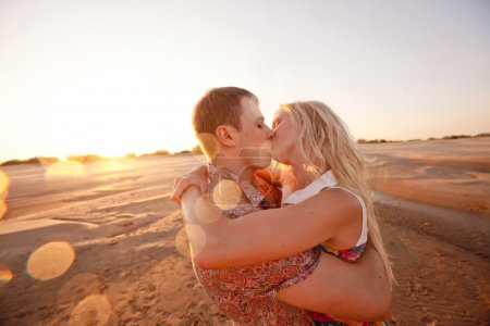 Photo pour Couple heureux sur la plage - image libre de droit
