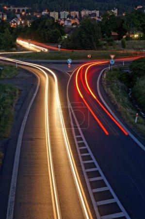 Photo pour La route dans la soirée avec lumière rayures phares, fond dans la ville, vue d'en haut - image libre de droit