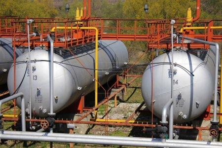 Photo pour Une photo de grandes bouteilles de gaz (réservoirs ) - image libre de droit