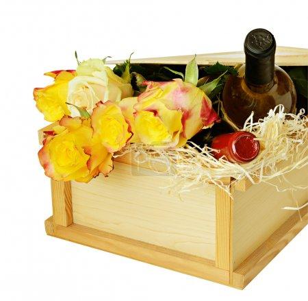 Photo pour Parcelles avec un bouquet de roses et bouteilles de vin isolées sur blanc - image libre de droit
