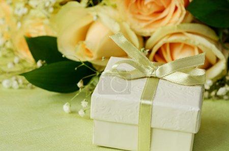 Photo pour Bouquet de roses et coffret cadeau sur fond vert - image libre de droit