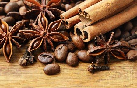 Photo pour Épices parfumées et café sur un fond en bois - image libre de droit