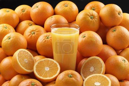 Photo pour Oranges avec verre de jus d'orange - image libre de droit