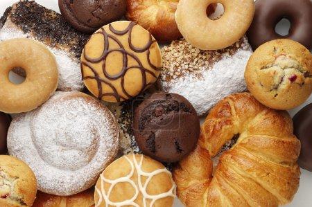 Photo pour Beignets et gâteaux assortis - image libre de droit