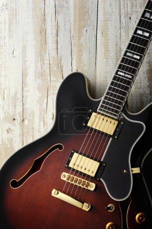 Photo pour Blues guitare blues électrique sur bois blanc vieilli - image libre de droit