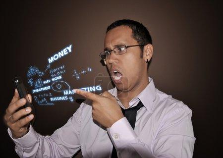 Photo pour Jeune homme d'affaires parlant au téléphone très en colère et stressé - image libre de droit