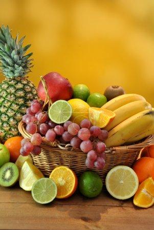 Photo pour Panier en bois rempli de fruits sains et frais - image libre de droit