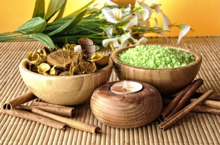 Photo pour Bougies et sels parfumés pour spas et massages - image libre de droit
