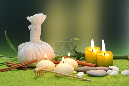 Photo pour Sel et pierres rondes essentielles pour massages et spas aux bougies - image libre de droit