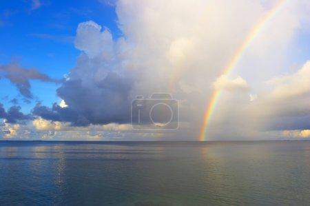 Photo pour Beau paysage marin avec arc-en-ciel dans l'océan Indien - image libre de droit