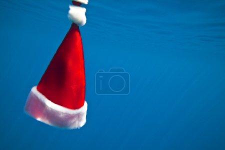 Photo pour Chapeau de Noël est sous l'eau (il a existé ) - image libre de droit