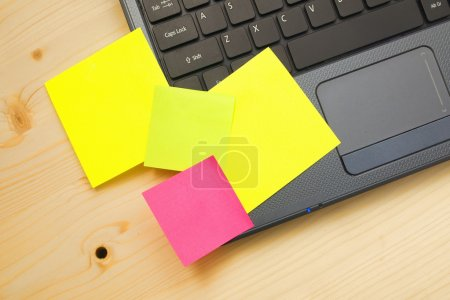 post it notes on laptop
