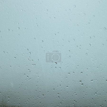Photo pour Gouttes de pluie floue dans une fenêtre - image libre de droit