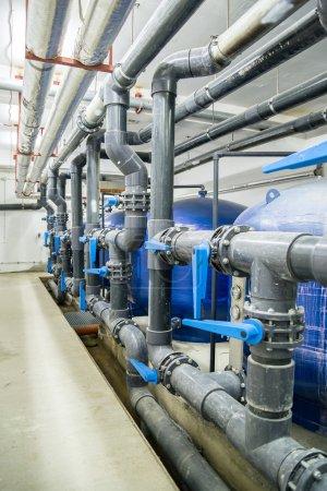 Photo pour Intérieur industriel. Réservoirs et tuyaux d'eau . - image libre de droit