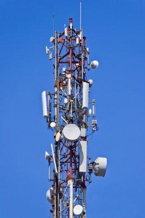 Photo pour Installation d'antennes pour envoyer et recevoir des signaux radio sur un ciel bleu - image libre de droit