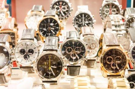 Photo pour Montres de luxe très chers dans un peuplement de magasin - image libre de droit