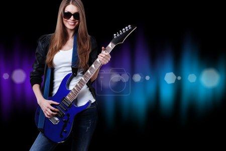Photo pour Belle jeune femme avec guitare bleue, lunettes de soleil - image libre de droit