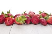 Zralé jahody na bílém stole, hranice, izolované