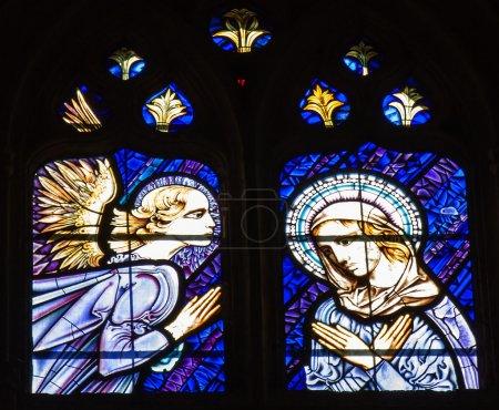 Photo pour Église vitrail à cathedral,spain.st.gabriel de palencia qui annoncer le plan de Dieu de la Vierge Marie pour qu'elle puisse être la mère de son fils, Jésus. - image libre de droit
