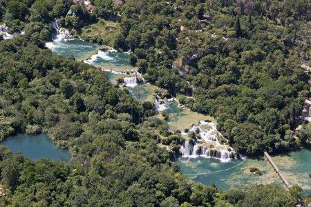 Photo pour La rivière avec ses cascades de Krka est une région spacieuse, en grande partie inchangée d'une valeur naturelle exceptionnelle et aux multiples facettes - image libre de droit