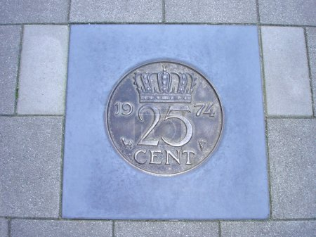 Photo pour Ancienne pièce néerlandaise de vingt-cinq cents cimentée sur le trottoir - image libre de droit