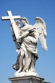 Berniniho mramorová socha anděla s kříže od mostu santangelo v Římě