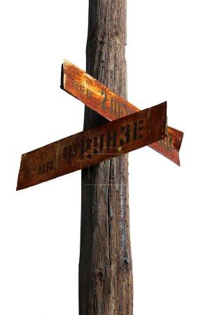 Photo pour Isolé vieux panneau en bois avec des signes métalliques rouillés - image libre de droit