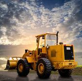 "Постер, картина, фотообои ""Жёлтый трактор на дороге"""