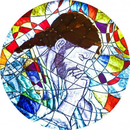 Photo pour Vitrail circulaire montrant portrait de Jésus christ priant. - image libre de droit
