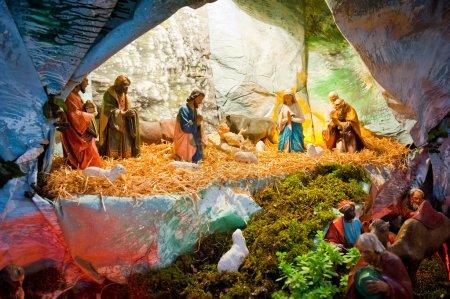 Photo pour Affichage de Noël traditionnel de la naissance de Jésus fait de petites figurines. - image libre de droit