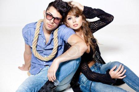 Photo pour Sexy homme et femme faisant une photo de mode shoot dans un studio professionnel - image libre de droit