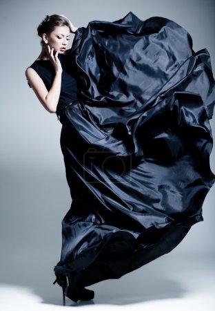 Photo pour Belle femme modèle habillé dans une robe élégante dans une pose de mode - image libre de droit